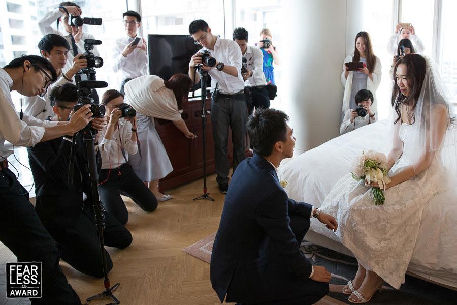 Een ding is zeker, van deze op zich best intieme bruiloft in Shenzhen zullen genoeg foto's zijn. Zeker 13 camera's in de kamer en 1 bruidspaar.