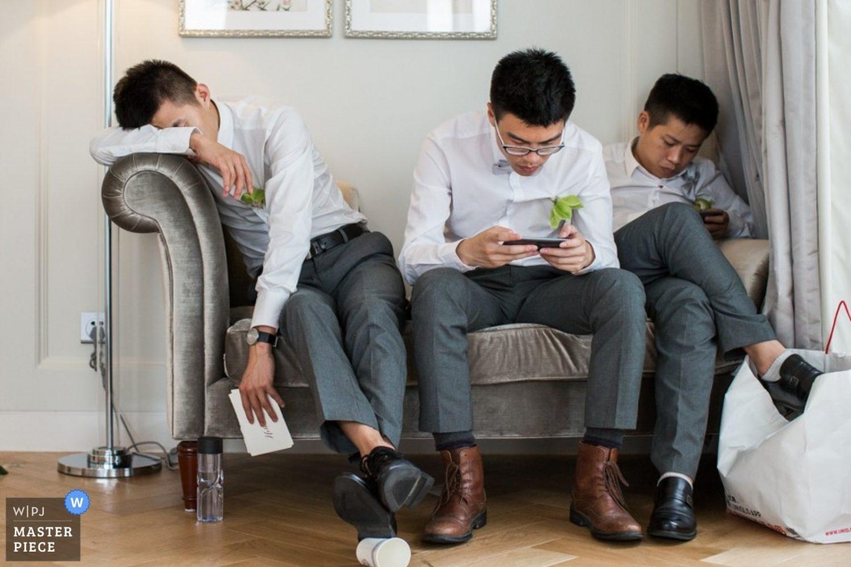 Chinese bruiloften hebben een heel lange aanloop bij de bruid thuis. In dit geval een hotel. Tijd voor de vrienden van de bruidegom  om even een dutje te doen.