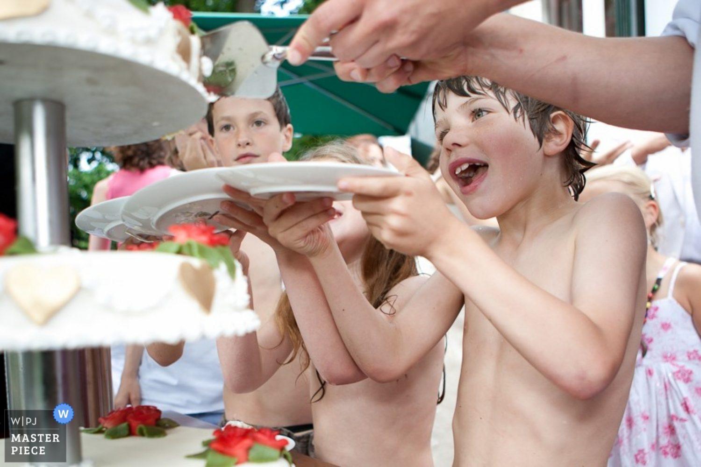 Cake is altijd lekker. En ook dat je op een warme zomerdag lekker in een opblaasbadje kunt zwemmen ook al trouwen je ouders. Dus heel groot feest hier! De kinderen krijgen taart tewijl ze in hun zwemkleding rondlopen.
